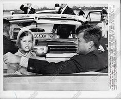 1962. 9 Mars. Caroline et Jack. West Palm Beach. En route to their home before visiting  Joe Sr. Jackie is on trip to India and Palistan