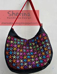Tas ini yang paling keren, warna warni yang kontras dengan dasar tas yang hitam, bikin tambah pede bawanya