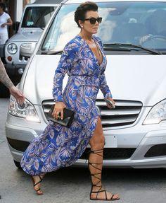 Street style de Kris Jenner com vestido com fenda + rasteira gladiadora.