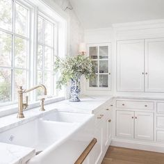 15 Stunning White Shaker Kitchen - Nothing is more classic than a white shaker style kitchen! It is simple, elegant and depending on w - Beautiful Kitchen Designs, Beautiful Kitchens, Beautiful Interiors, Küchen Design, House Design, Design Ideas, Sink Design, Modern Design, Modern Kitchen Design