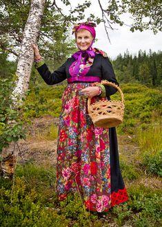 Traditional Norwegian folk costumes - Page 3 Folk Fashion, Ethnic Fashion, Folklore, Norwegian Vikings, Folk Clothing, Bridal Crown, Folk Costume, People Of The World, Traditional Dresses