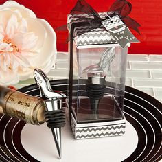 Shoe design bottle stoppers - www.dochsa.com #wedding #favors