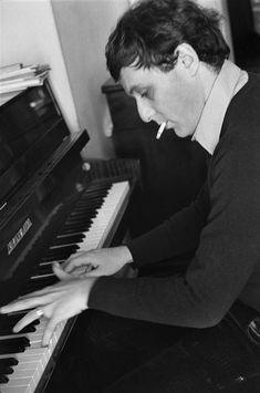 Philippe Sollers au piano (Gisèle Freund, 1974)