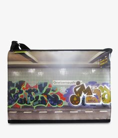 Apfelsina Schoulder Bag Tune Up.  This handmade Bag shows a street art painting in Berlin. Now available at our online store. www.apfelsina.de