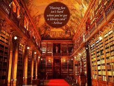 """""""Divertirse no es difícil cuando tienes una credencial de biblioteca"""". -Arthur   Foto: Biblioteca del Monasterio Strahov en Praga"""