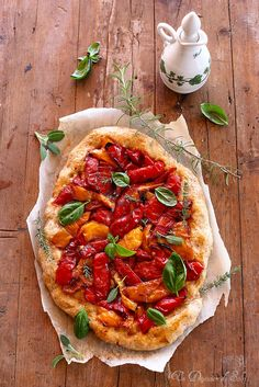 /Cette pizza aux poivrons est la pizza de l'été en Italie, des moments détendus et doux où l'on dîne avec trois fois rien./un déjeuner de soleil