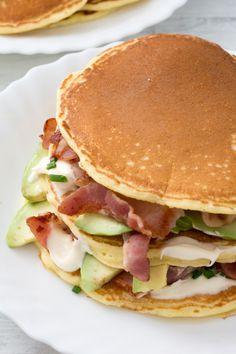 Pancake salati [Bacon and avocado pancakes] Crepe Recipes, Albondigas, Pancakes And Waffles, Burger, Empanadas, Finger Foods, Food Videos, Snacks, Bacon