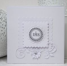 Zaproszenie na Pierwszą Komunię Świętą o wymiarach 13,5x13,5 wykonane z papieru do scrapbookingu w kolorze białym z napisem IHS.