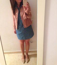 Buenos dias people, vamos a por el martes con un look en denim y pink💙💗#look#lookoftheday#lookideas#outfit#oufitoftheday#outfitideas#instaoutfit#instagram#instalook#personalshopper#instastyle#stylebloguer#style#shoes#girl#fashion#moda#tendencias#stylegirls#tagsforlikes#outfitsitsandratgn#itsandratgn#ig#igers#igersoftheday#flatlay#outfitboard ▫️ tejana @mango.outlet ▫️vestido @nicethingspalomas ▫️cangrejeras @zara