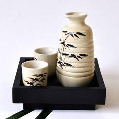 Sake-Set mit Tablett aus Holz beige