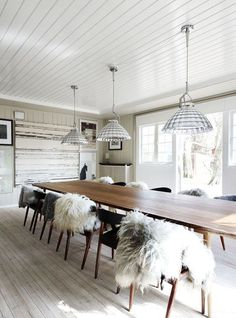 modern dining room with mid century modern danish long table, flokati throws on chairs, shell pendant lights, paneled wall texture and wood floors Style At Home, Modern Rustic Homes, Rustic Feel, Rustic Chic, Rustic Table, Rustic Industrial, Farmhouse Table, Boho Chic, Sweet Home