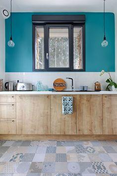 Une cuisine fermée mise en relief par la couleur