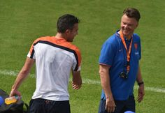 Netherlands' coach Louis van Gaal (R) talks to Netherlands' forward and captain Robin van Persie during a training session at The Flamenco Football Stadium in Rio de Janeiro on July 2, 2014 during the 2014 FIFA World Cup football tournament.