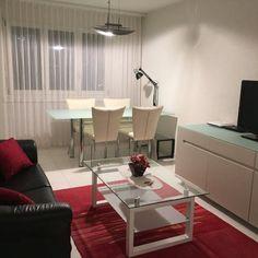 Schickes, kleines Wohnzimmer in einer Wohnung in Zürich. #wggesuchtde #wggesucht #zürich #wohnung #wohnzimmer #wgzimmer #schick #modern #sofa #esstisch Sofa, Modern, Apartment Living Rooms, Dinner Table, Chic, Settee, Trendy Tree, Couch, Couches