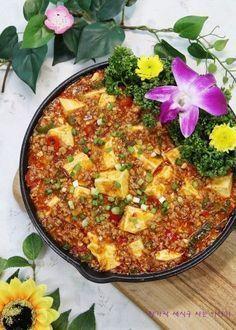 홈메이드로 고급진 중화요리인 마파두부 만드는법 알려드릴게요 하얀 두부 사이사이로 고기가 듬뿍 들어간... Korean Dishes, Korean Food, China Food, China China, Grilling Gifts, Asian Cooking, Food Plating, No Cook Meals, Soul Food