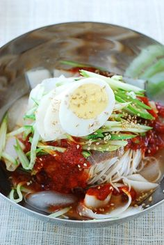 Among many varieties of cold noodle dishes, naengmyeon (냉면) is at the top in popularity ranking! Naengmyeon is a cold noodle dish of thin, chewy noodles that are made with buckwheat and potato or sweet potato starch. Korean Side Dishes, Korean Cold Noodles, Asian Recipes, Ethnic Recipes, Asian Foods, Vietnamese Recipes, Best Korean Food, K Food, Healthy Eating Recipes