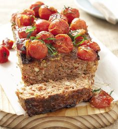 Why not try this fresh new take on meatloaf? Our Turkey Meatloaf with Tomatoes, Mozzarella and Basil recipe is wonderfully flavourful and moist. And as an added plus, it's super easy to make! Easy Meal Prep, Easy Meals, Basil Recipes, Turkey Meatloaf, Tomato Mozzarella, South African Recipes, Cooking Tips, Dishes, Tomatoes