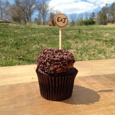 adorable wood branch cupcake holders with initials wood-burned! #rusticwedding #wedding #cupcake