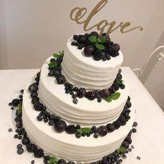 _ シンプルに、お洒落に。 実は中はピスタチオクリームのケーキ✨ . #omotenashi #weddingcake #ピスタチオ #ウエディングケーキ #オリジナル #japan #tokyo #記念日 #中目黒 #恵比寿 #卒花嫁 #プレ花嫁 #メゾンプルミエール #結婚式 と#レストラン #プリオコーポレーション #2018春婚 #2017冬婚 #写真好きな人と繋がりたい #写真撮ってる人と繋がりたい #フォトジェニック #全国のプレ花嫁さんと繋がりたいmaison.premiere Maison Premiere at Robbin's