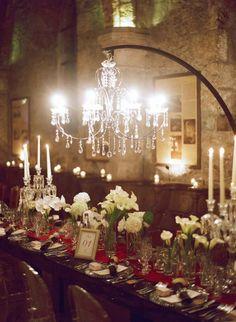 mariage, mariage design, Abbaye des Vaux de Cernay, lustre mariage, mariage, compositions florales blanches, chemins de tables rouge, bougies hautes, style brésilien, cadeaux originaux, cadres, marques places