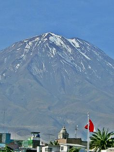 Volcán El Misti, Arequipa, Perú. What A Wonderful World, Wonderful Places, Beautiful World, Purple Mountain Majesty, South American Countries, Argentine, Easter Island, Cool Landscapes, You're Awesome