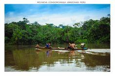 En el río Nieva, los pobladores awajún se desplazan tranquilamente a bordo de sus peque-peque (llevo-llevo).
