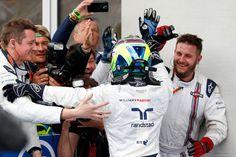 Massa é saudado pelos mecânicos da Williams com o pódio conquistado na Áustria (Foto: Getty Images)