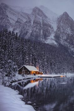 Cabin on the Lake in Winter Lake Louise, Alberta, Canada. Winter Szenen, Winter Cabin, Snow Cabin, Cozy Cabin, Small Log Cabin, Winter Night, Cozy Cottage, Winter Travel, Beautiful World