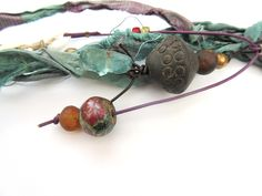 """""""De Fils En Etoffes ...."""" : Un long collier réalisé en perles terra cota du Mali, attaché à un grand anneau africain : Collier par les-reves-de-minsy"""