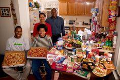 Фотопроект: недельный рацион обычной семьи. США, семья Ревис. Затраты: $341.98. Любимые блюда: спагетти, картофель, кунжут, курица, пицца.