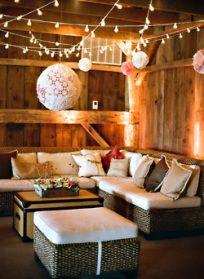 liebelein-will: Hochzeit, Lounge, Wedding, Heu, Scheune, lichterkette, Lampion, Landhochzeit   Mehr dazu auf unserem Hochzeitsblog: liebelein-will.com