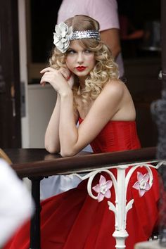 #TaylorSwift 1920s look. Love her.