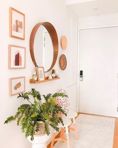 Small Apartment Entryway, Apartment Entrance, Home Entrance Decor, Entryway Mirror, Modern Entryway, Entryway Ideas, Small Entryway Decor, Small Entryways, Small Apartments