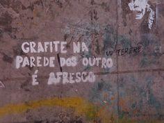 """""""Grafite na parede dos outros é afresco"""" - stêncil numa das paredes dos estúdios, de aluno para aluno, provavelmente.  / Alinne Anno Gabriela Gushiken Luis Vieira Tomás Stephan Vitor Ciosaki"""