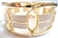 Bracelete dourado com pedras. R$ 64,00