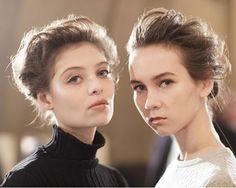 Os desfiles da Semana de Alta-Costura de Paris apontaram para uma nova tendência de beleza: maquiagem simples clássica muito elegante e que preza por uma pele muito bem-feita; e os cabelos presos deixando o rosto totalmente em evidência. Em marieclaire.globo.com veja fotos para se inspirar.  via MARIE CLAIRE BRASIL MAGAZINE OFFICIAL INSTAGRAM - Celebrity  Fashion  Haute Couture  Advertising  Culture  Beauty  Editorial Photography  Magazine Covers  Supermodels  Runway Models