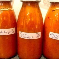 Ketchup selber machen (3 verschiedene Sorten) - WirEssenGesund Curry Ketchup, Kiss The Cook, Large Group Meals, Dip Recipes, Kimchi, Crockpot, Dips, Food And Drink, Snacks