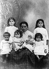 Família de imigrantes portugueses em foto para o passaporte, Portugal, 1922      Acervo Museu da Imigração - SP