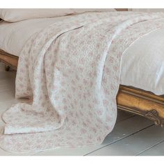 Decorate your bedroom with our award-winning collection of luxury blankets and bed throws. Luxury bedspreads also guarantee a soothing night's sleep. Velvet Bedspread, Velvet Quilt, Bedding Sets Online, Luxury Bedding Sets, Luxury Bedspreads, Hotel Collection Bedding, Black Bed Linen, Pink Bedrooms, Kids Blankets