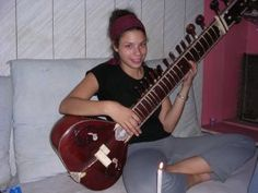 A student takes sitar lessons during her group travel in India.