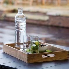 Zum Servieren von Kaltgetränken im Garten oder für Kaffee und Snacks am Esstisch - mit dem Fionia Tablett aus Teakholz von Skagerak lassen sich alle Gegenstände überall stilsicher servieren.