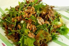 fresh green salad with caramelised nuts Greek Recipes, Desert Recipes, Ceasar Salad, Walnut Salad, Food And Drink, Healthy Eating, Appetizers, Cooking Recipes, Yummy Food