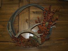 rope wreath with a deer horn Western Wreaths, Country Wreaths, Fall Wreaths, Western Crafts, Country Crafts, Western Decor, Camo Wreath, Antler Wreath, Deer Antler Crafts