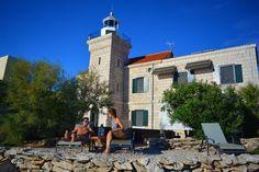 Leuchtturm für 8 Personen in Korčula | TUIvillas.com Objekt-Nr. 1247460 M Restaurant, Jacuzzi, Lighthouse, Villa, Street View, Mansions, House Styles, Lawn And Garden, Light Fixtures