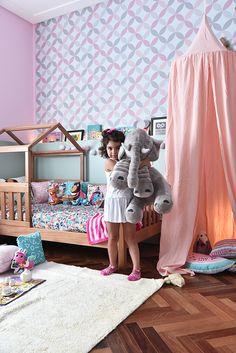 Quartinho lúdico e delicado com muito @amomooui e projeto da Uebaa Design. Aqui o lençol de cachorros fofinhos Dogs Dia e a estampa É Festa com esquila, urso e porco-espinho trazem a diversão junto com a estampa geométrica Memphis que deixa os cantinhos mais moderninhos! Um ambiente cheio de personalidade que incentiva a imaginação e a criatividade! #quartodemenina #roupadecamainfantil #kidsroom #decor #animals