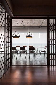 A sala de jantar ocupa o espaço da varanda com piso de ladrilho hidráulico e…