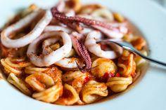 Snelle pasta met pijlinktvis en tomatensaus. Zo klaar en ontzettend lekker.