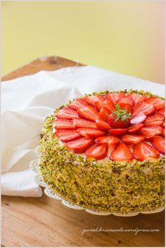 Torta con crema di ricotta, fragole e pistacchi