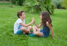Klatschspiele für Kinder. Sie sind nicht nur schnell und einfach zu erlernen, sie schulen die Rhytmusfähigkeit, das Sprachverständnis, die Koordination und machen auch noch Spaß! Material: Hände Alter: ab 5 Jahre Vorbereitung: Die Teilnehmer stehen paarweise gegenüber. Spielidee: Die Kinder sprechen gemeinsam folgenden Spruch: Wir klatschen in die Hände, wir klatschen auf den Po, wir…