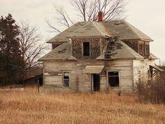 Kansas farm house Creepy Old Houses, Old Abandoned Houses, Haunted Houses, Abandoned Places, Old Farm Houses, House With Porch, Old Barns, Old Buildings, Ghost Towns